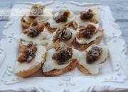 canapés de bacalao ahumado y cebolla caramelizada