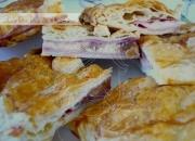 Empanada de jamón, queso y dátiles