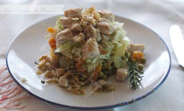 Timbal de hortalizas y pollo con vinagreta de nueces