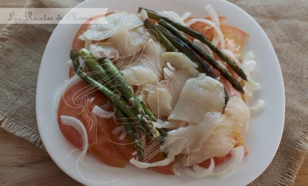 Ensalada templada de bacalao ahumado y espárragos. Video receta